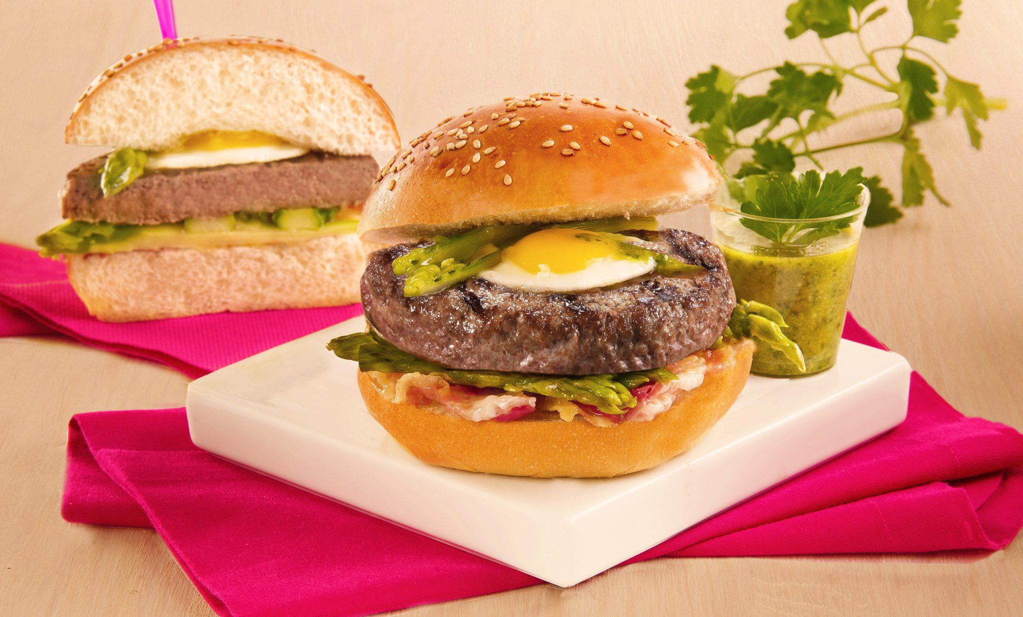 Hamburger Gourmet con asparagi e uovo
