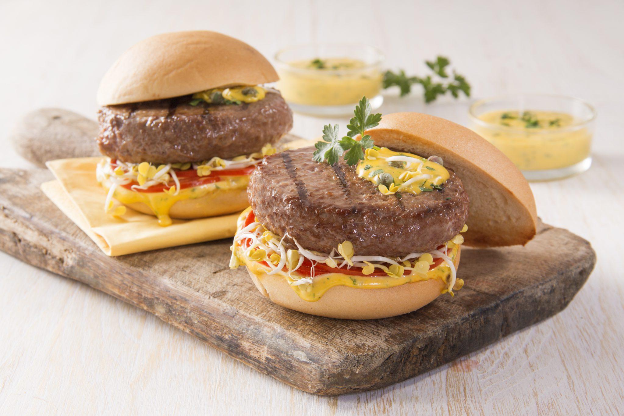Hamburger Gourmet con germogli di soia, salsa tartara e pomodoro