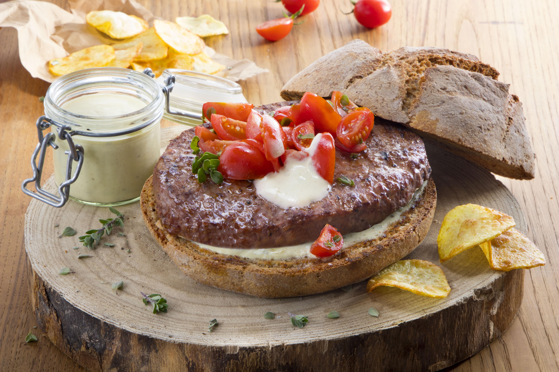 Hamburger con datterini  e salsa alla senape