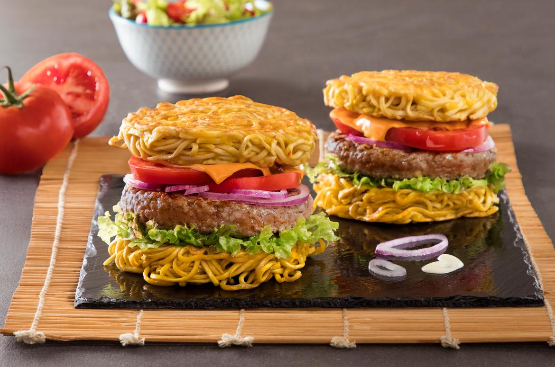 Ramen burger con lattuga e pomodoro