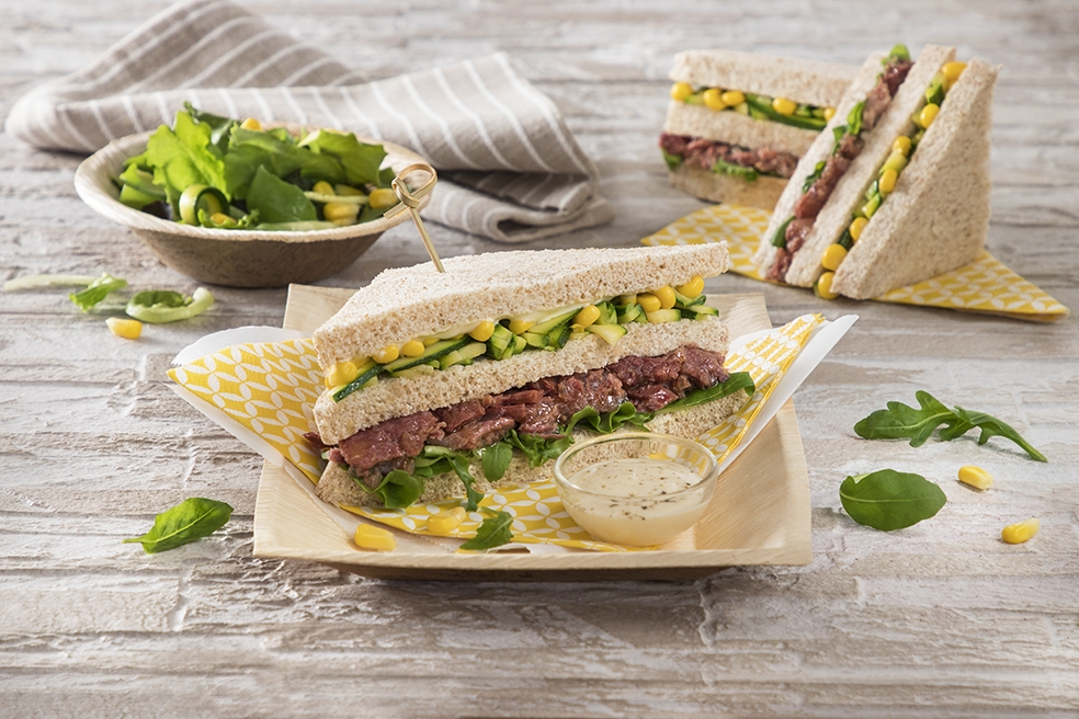 Sandwich integrale con carne in gelatina e zucchine