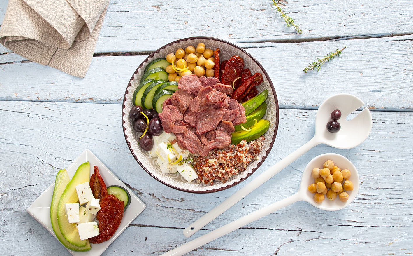 Bowl con carne in gelatina, feta e quinoa