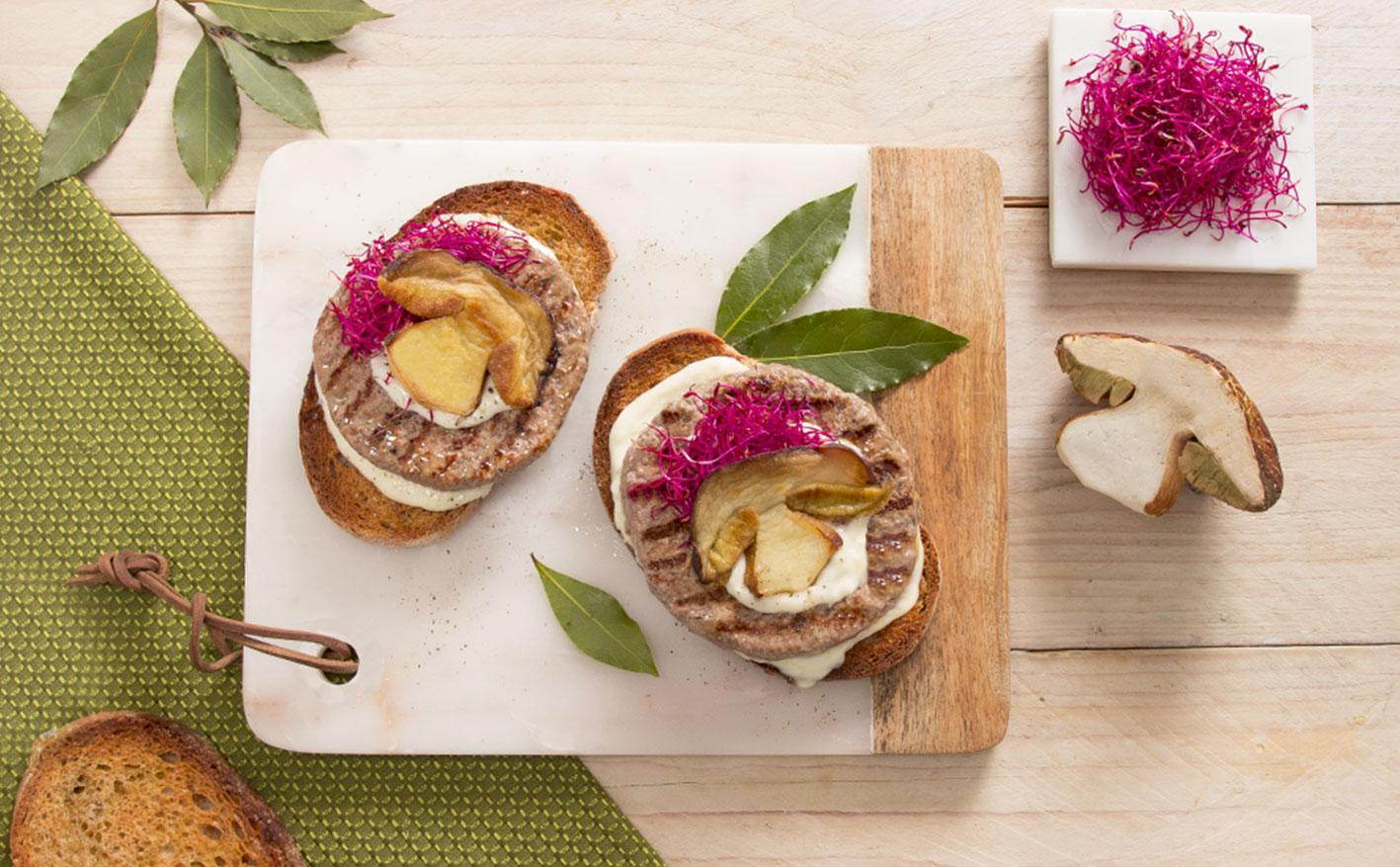 Crostone di pane con crema di parmigiano, hamburger e porcini fritti