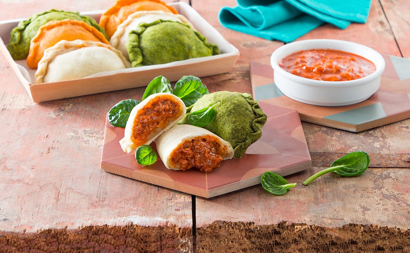 Empanadas colorate con ragù alla salsiccia