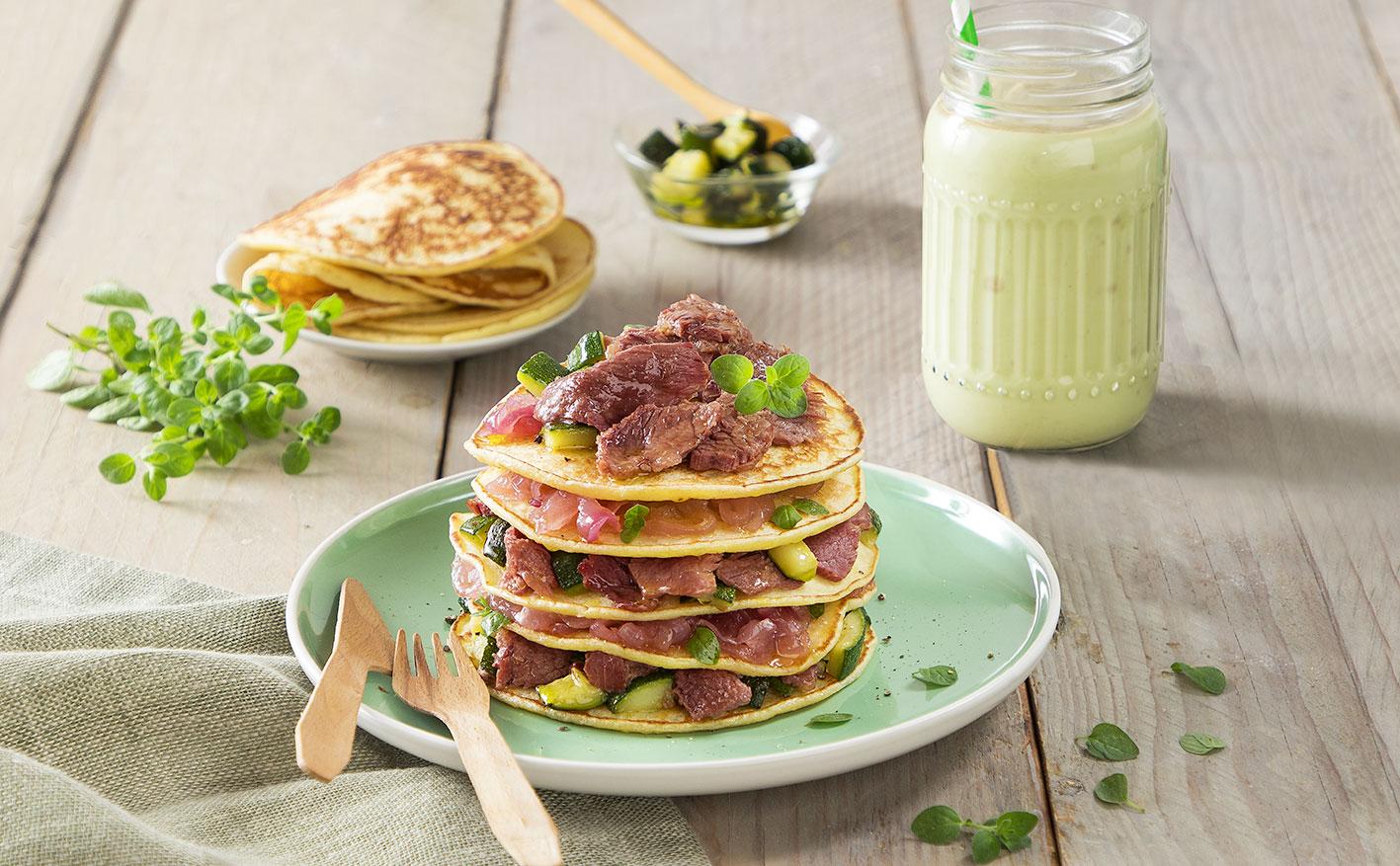 Pancake salati con carne in gelatina, zucchine e salsa di cipolla
