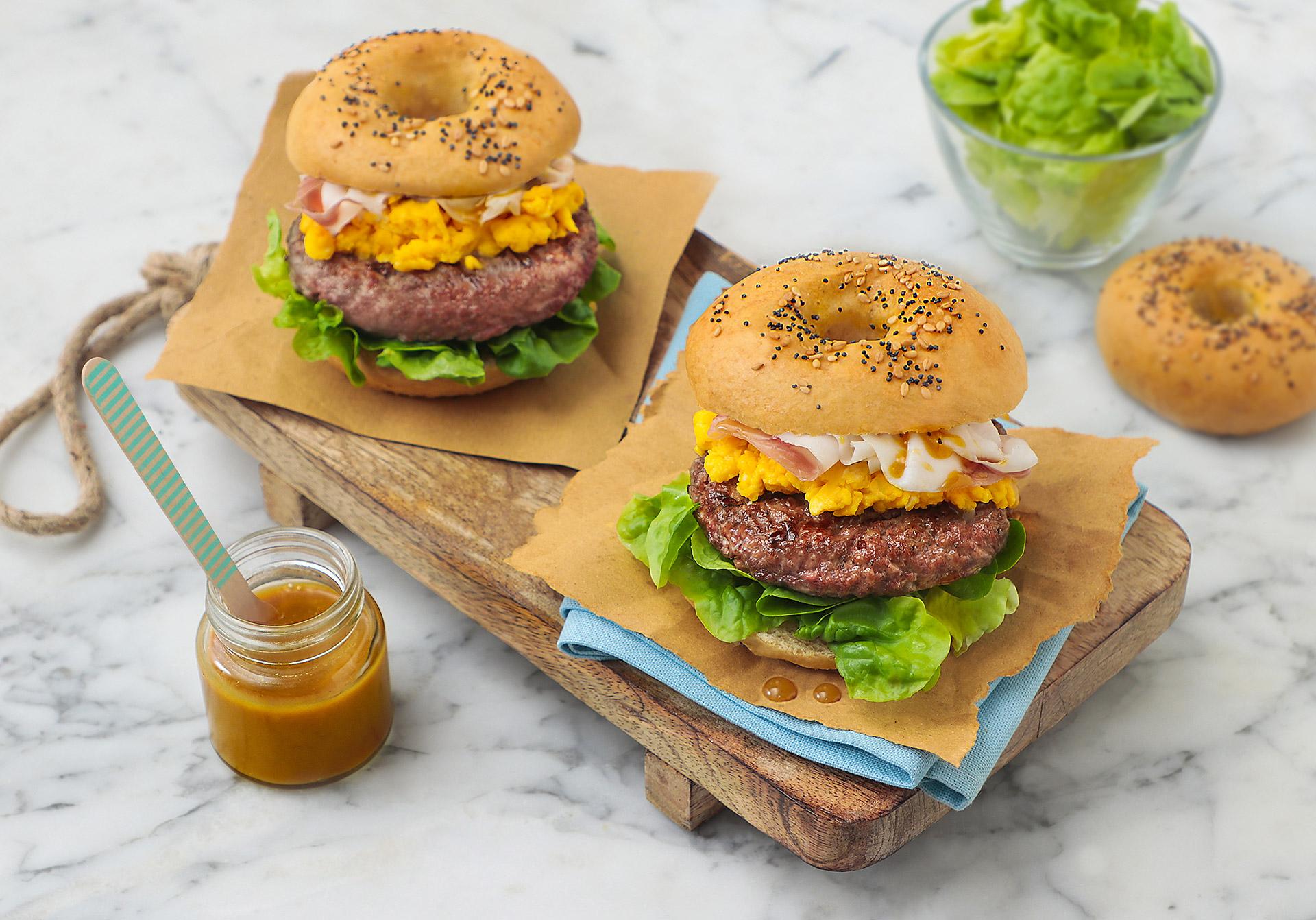 Bagel burger con uova strapazzate e lardo di Colonnata