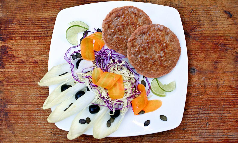 Hamburger con indivia, olive taggiasche e semi di zucca