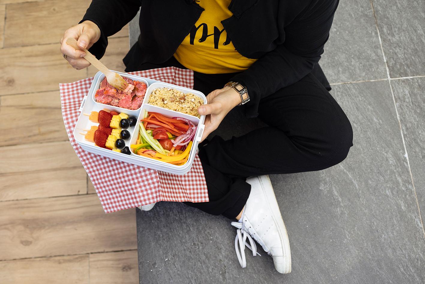 Carne in gelatina, cous cous, julienne di verdure e spiedini di frutta